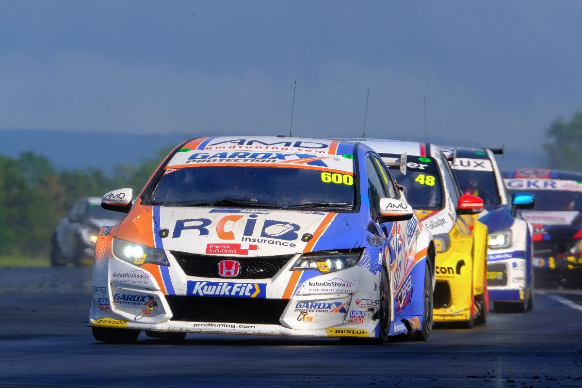 Cobra Sport AmD with AutoAid/RCIB Insurance Racing battles hard for Croft points